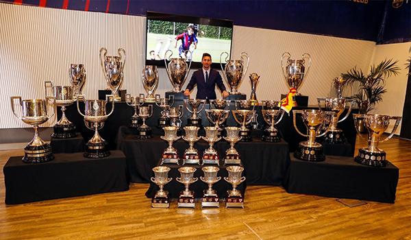 لئونل مسی و عکس یادگاری وی با جامهای که مشترک با تیمش کسب کرده بود